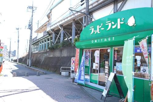 改札口を出て北口に出ると、高架下に吉川の地域グッズを販売する「らっぴーらんど」があります